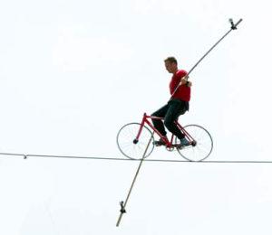 El equilibrista Nik Wallenda recorre en bicicleta la cuerda floja en un complejo turístico en Nassau, el sábado 28 de agosto del 2010, en busca de un récord mundial (AP Foto/Craig Lenihan).